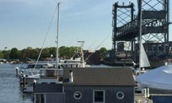 Floating tiny home on the Piscataqua River.This is a cute custom houseboat built on professionally manufactured pontoons. She's very confortable and nicely constructed. You can walk across the Memorial Bridge to downtown Portsmouth in 5 minutes, or stay